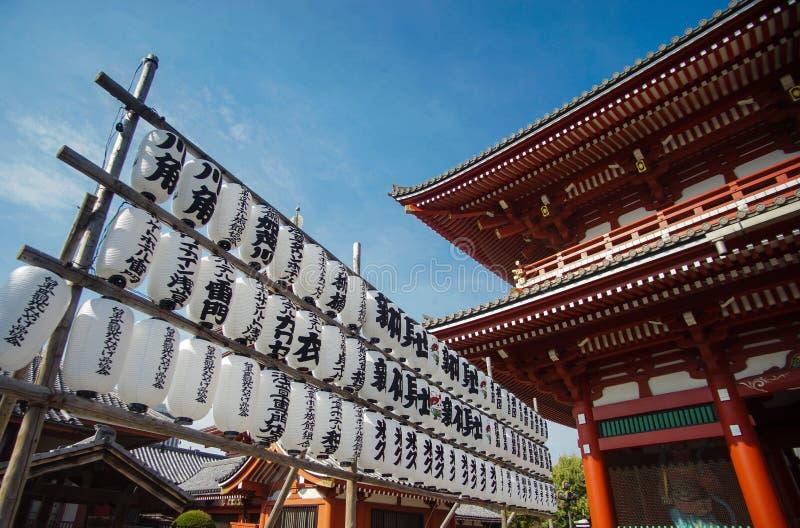 Fila de las linternas blancas en el templo o el templo de Asakusa, Tokio de Sensoji fotos de archivo