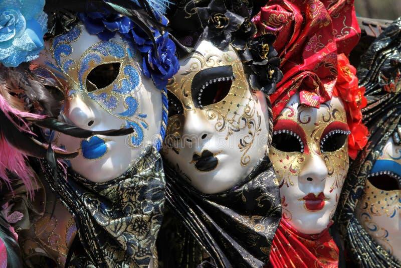Fila de las máscaras venecianas. foto de archivo