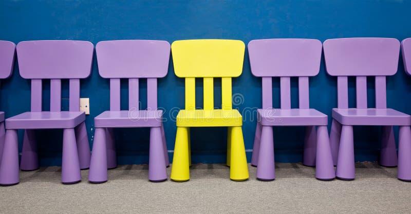 Fila de las sillas de los niños fotos de archivo libres de regalías