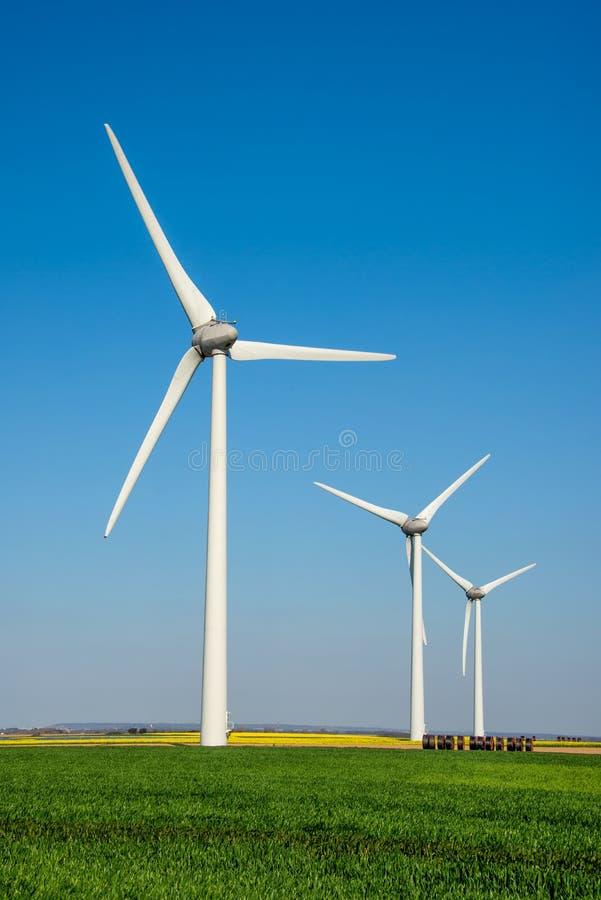Fila de las turbinas de viento foto de archivo