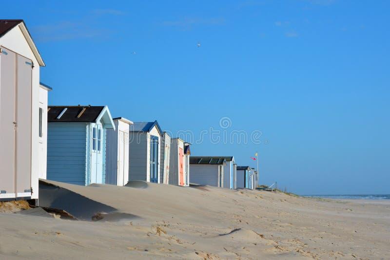 Fila de las vertientes blancas y azules de la playa en la playa de la isla Texel en los Países Bajos imágenes de archivo libres de regalías