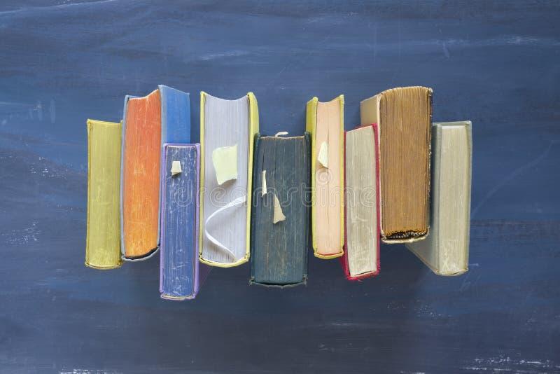 Fila de libros viejos, endecha plana imagen de archivo libre de regalías