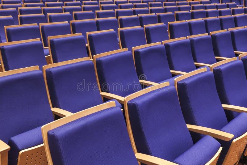 Fila de los asientos en auditorio fotos de archivo