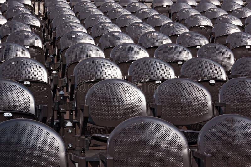 Fila de los asientos metálicos - al aire libre fotografía de archivo