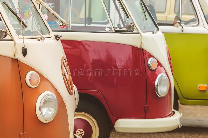 Fila de los autobuses del transportador de Volkswagen del vintage a partir de los años 70 fotografía de archivo libre de regalías