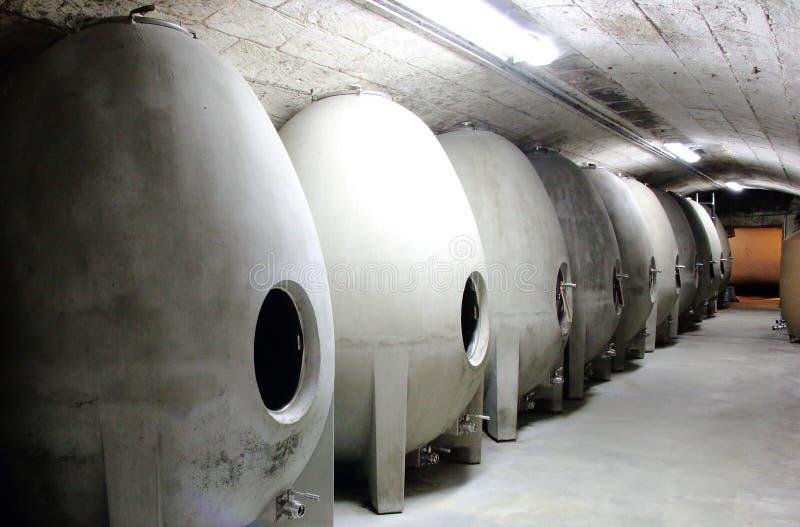 Fila de los barriles de vino concretos formados huevo foto de archivo libre de regalías