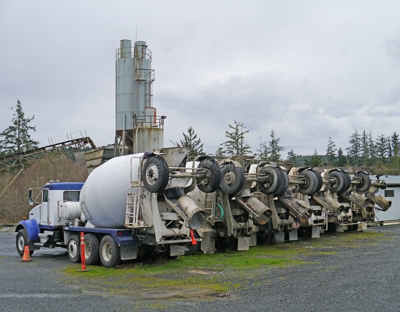 Fila de los camiones del mezclador de cemento imagen de archivo
