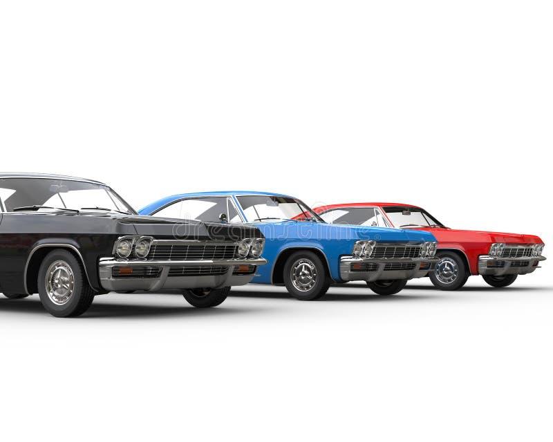 Fila de los coches clásicos del músculo - negro, azul y rojo fotos de archivo libres de regalías