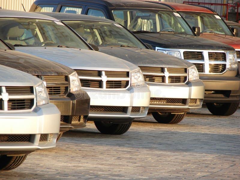 Fila de los coches modernos del estilo foto de archivo