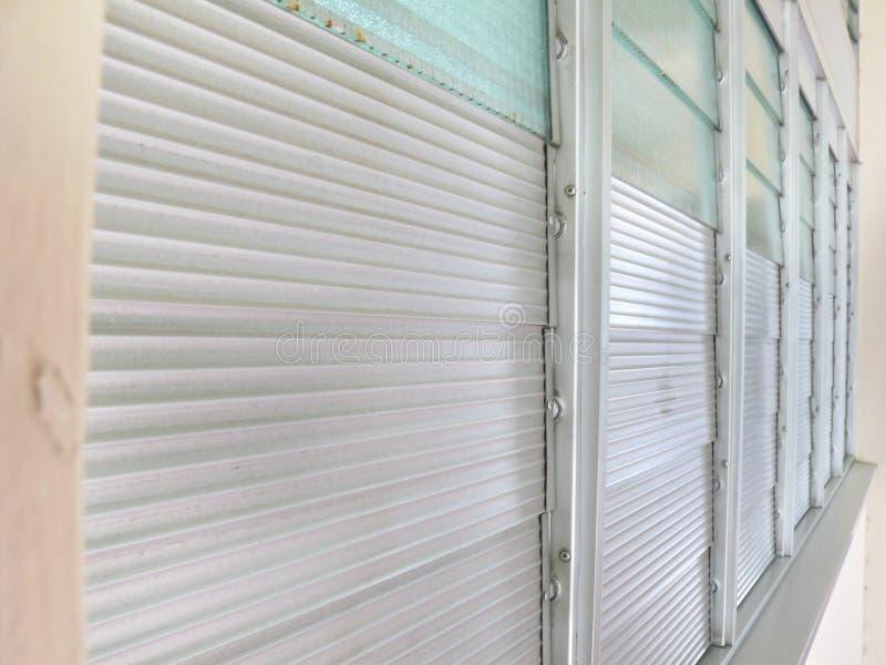 Fila de los cristales de ventana de aluminio y de cristal fotos de archivo