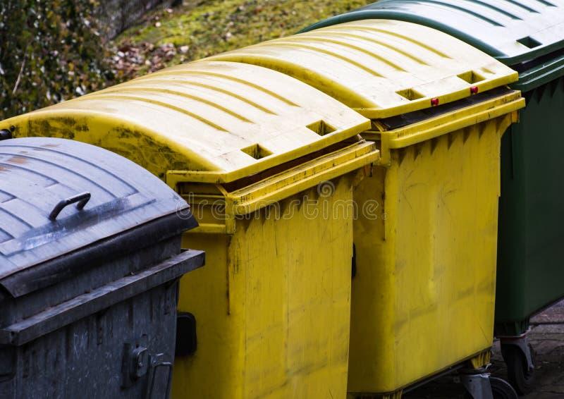 Fila de los cubos de la basura para la separación inútil foto de archivo