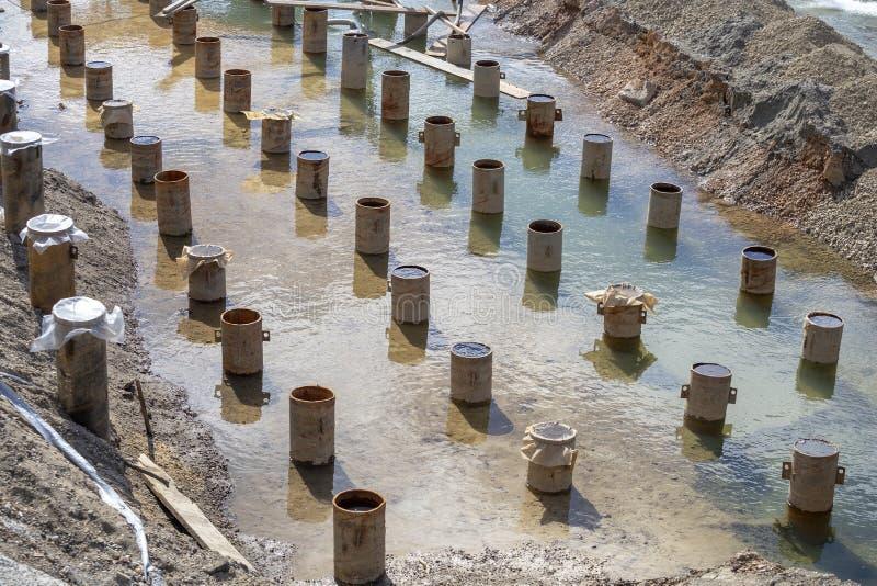 Fila de los embarcaderos de la construcción en la orilla del río fotos de archivo libres de regalías