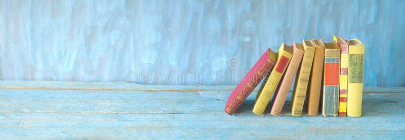 Fila de los libros multicolores del libro encuadernado, leyendo la educación, literatura, espacio de la copia fotografía de archivo libre de regalías
