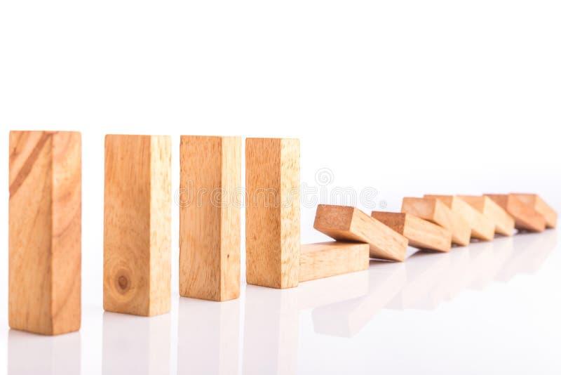 Fila de los niños de madera del juego de la torre del bloque aislados en blanco imágenes de archivo libres de regalías