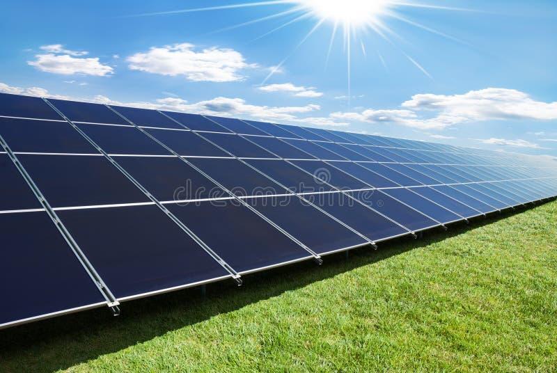 Fila de los paneles solares fotos de archivo
