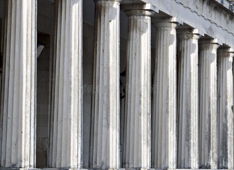 Fila de los pilares del templo del griego clásico fotos de archivo libres de regalías