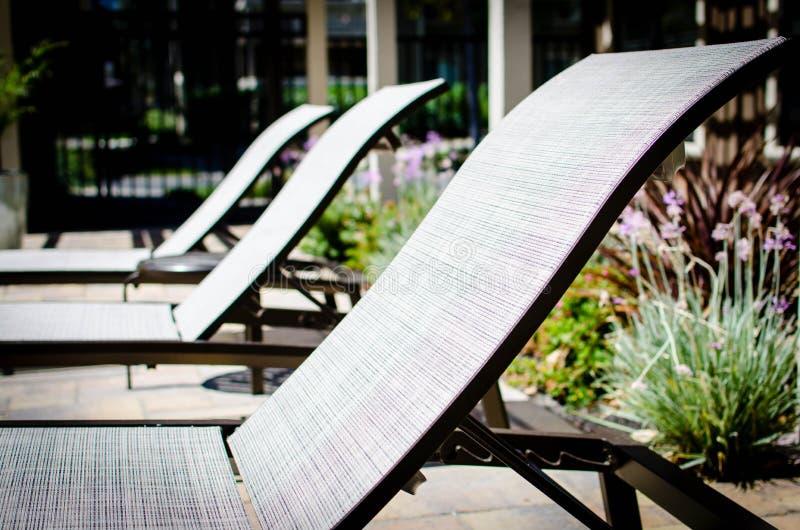 Fila de los sillones del poolside fotografía de archivo libre de regalías