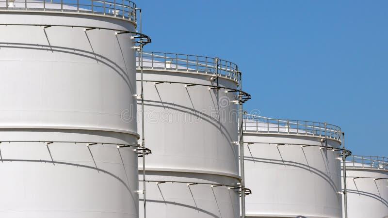 Fila de los tanques de almacenaje de petróleo foto de archivo libre de regalías