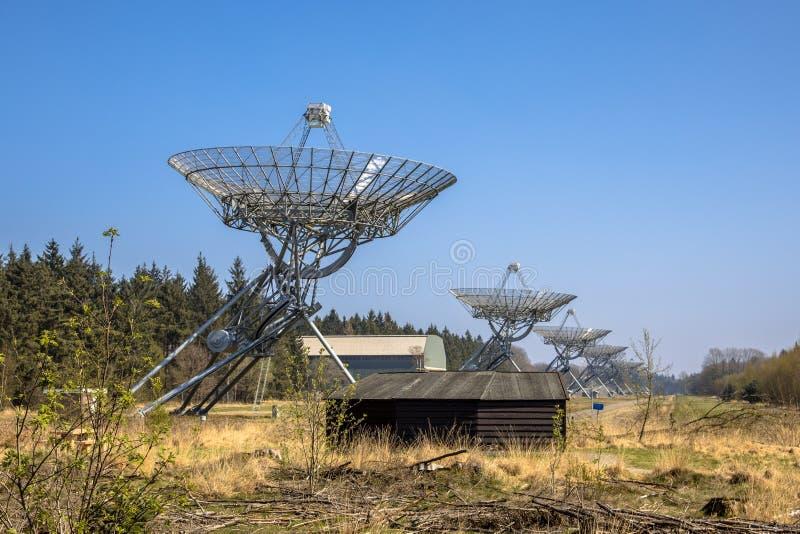 Fila de los telescopios de radio fotos de archivo