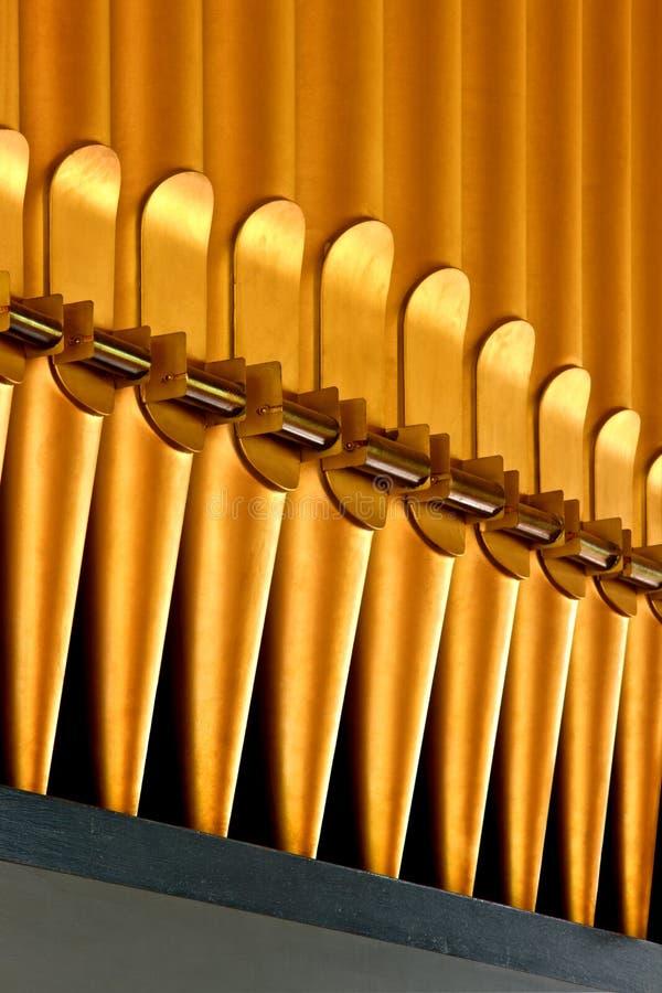 Fila de los tubos de órgano de oro imagen de archivo libre de regalías