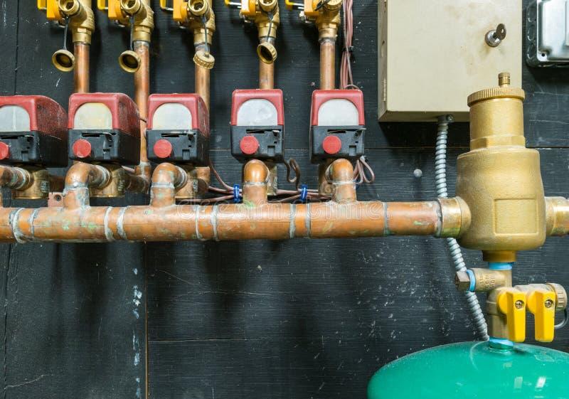 Fila de los tubos de cobre con la unidad de control fotografía de archivo