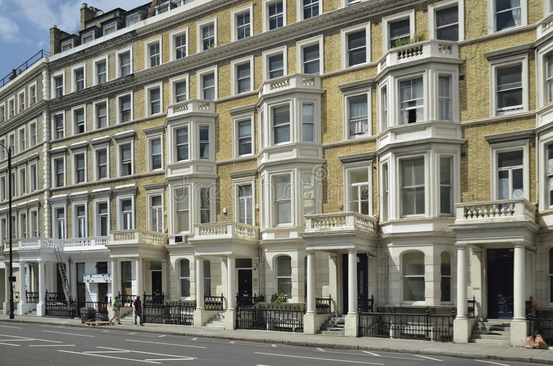 Fila de lujo de las casas del frente del estuco en Londres fotos de archivo libres de regalías