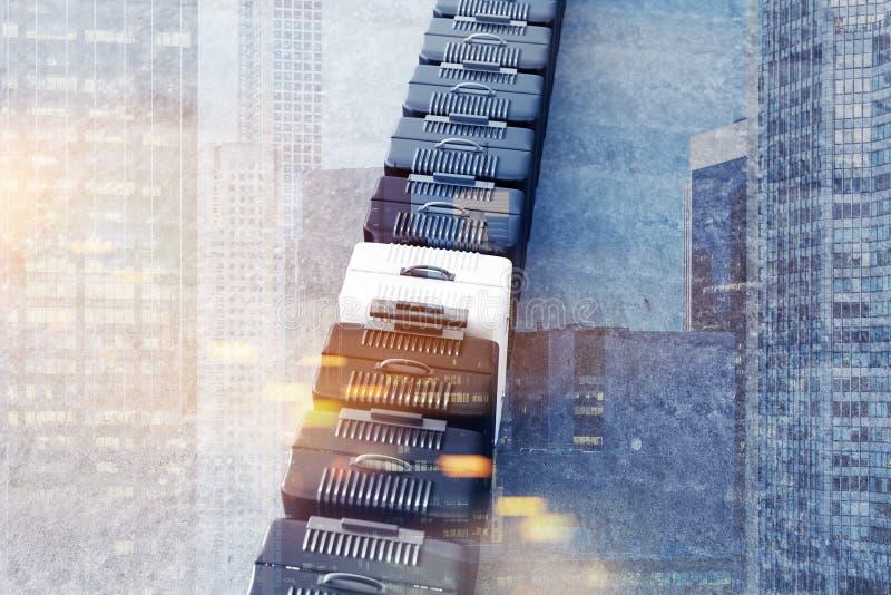 Fila de maletas negras y blanco, visión superior imagen de archivo libre de regalías
