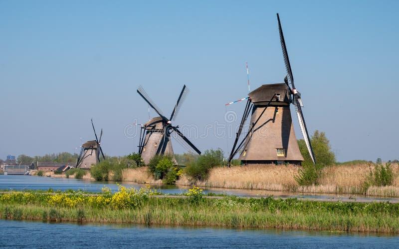 Fila de molinoes de viento históricos en Kinderdijk, Holanda, Países Bajos, un sitio del patrimonio mundial de la UNESCO foto de archivo