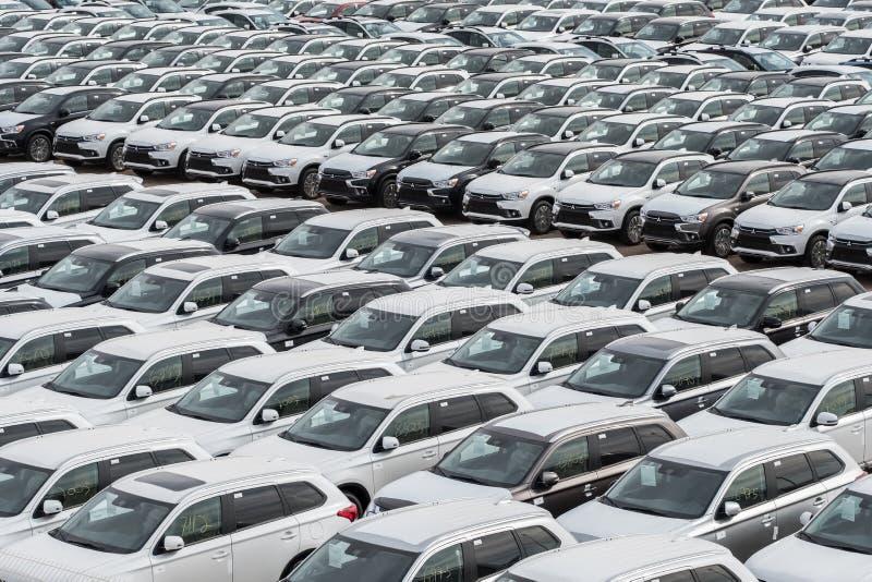 Fila de nuevos automóviles en venta en puerto imágenes de archivo libres de regalías