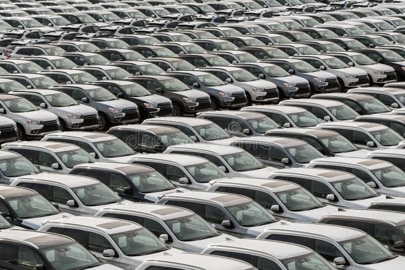 Fila de nuevos coches en venta en puerto fotos de archivo libres de regalías