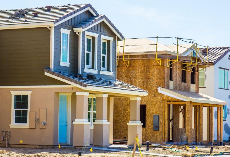 Fila de nuevos hogares de dos pisos bajo construcción imagenes de archivo