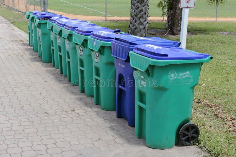 Fila de Papeleras de reciclaje y del cubo de la basura imagen de archivo libre de regalías