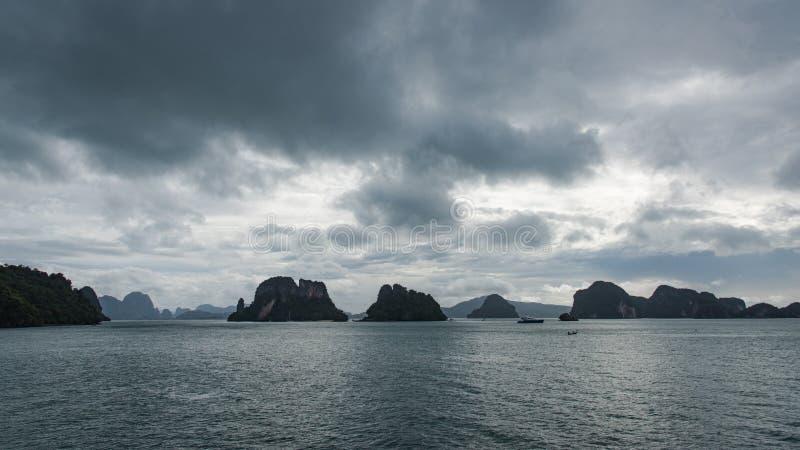 Fila de pequeñas islas en el horizonte fotos de archivo