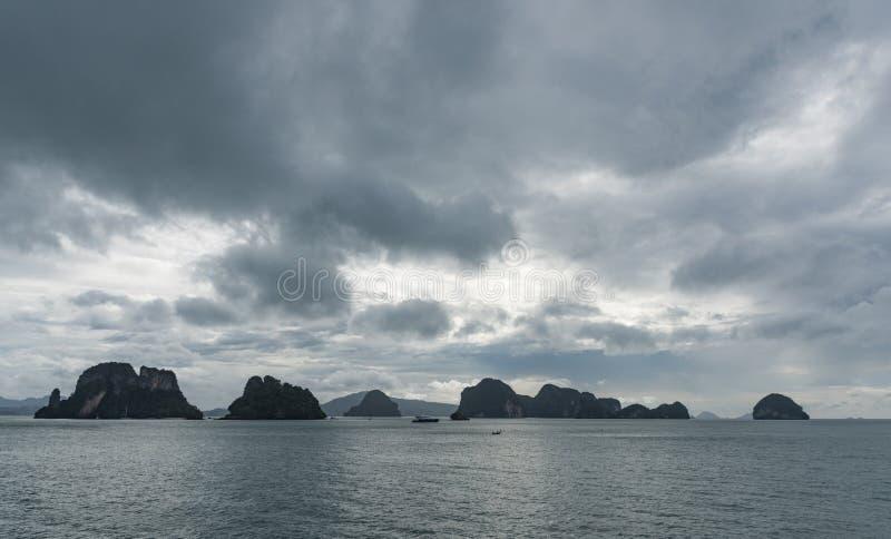 Fila de pequeñas islas en el horizonte imagenes de archivo