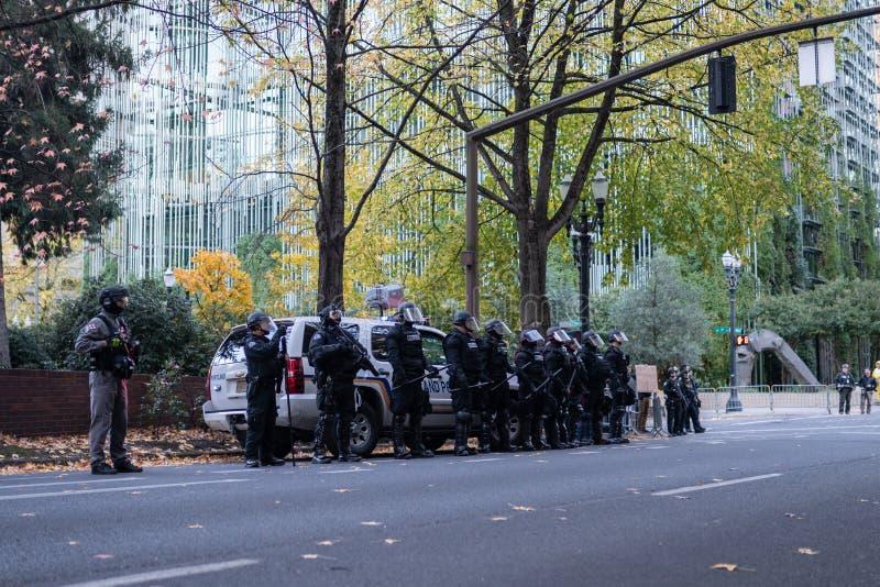 Fila de polis en antidisturbios en Portland, Oregon foto de archivo libre de regalías