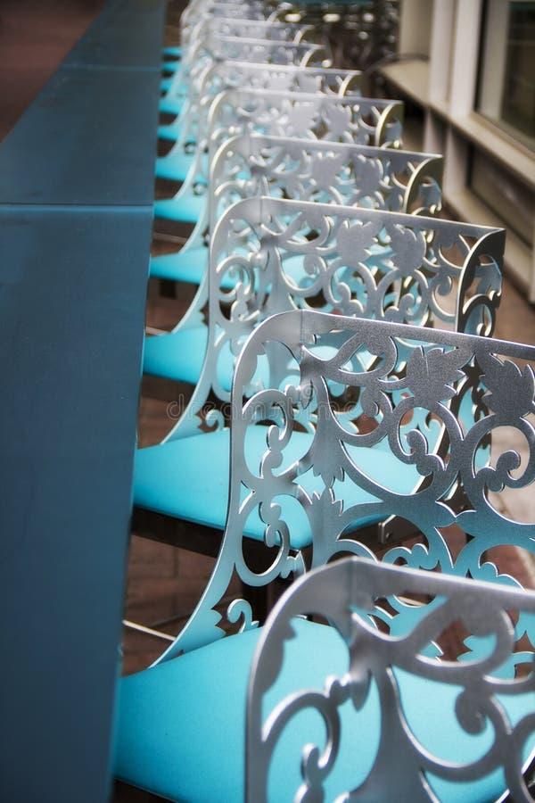 Fila de sillas azules en un restaurante imágenes de archivo libres de regalías