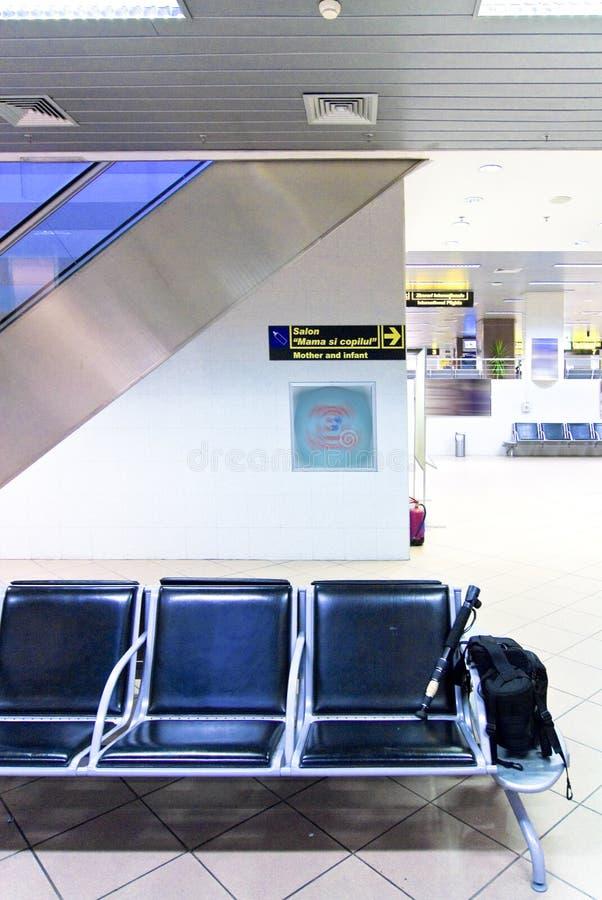Fila de sillas en el aeropuerto imagen de archivo libre de regalías