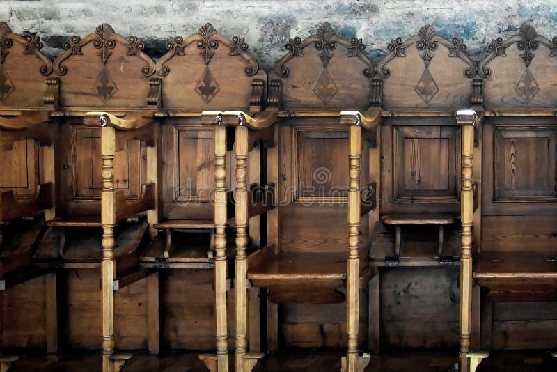 Fila de sillas de madera en una iglesia ortodoxa imagen de archivo