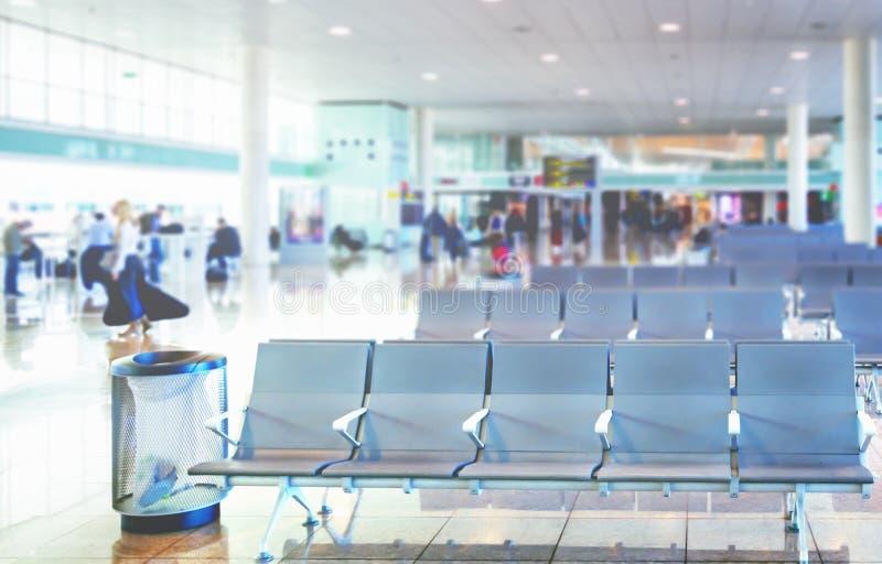 Fila de sillas vacías en el salón de la salida de un aeropuerto internacional fotografía de archivo