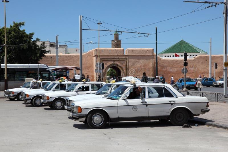 Fila de taxi en Rabat, Marruecos fotografía de archivo
