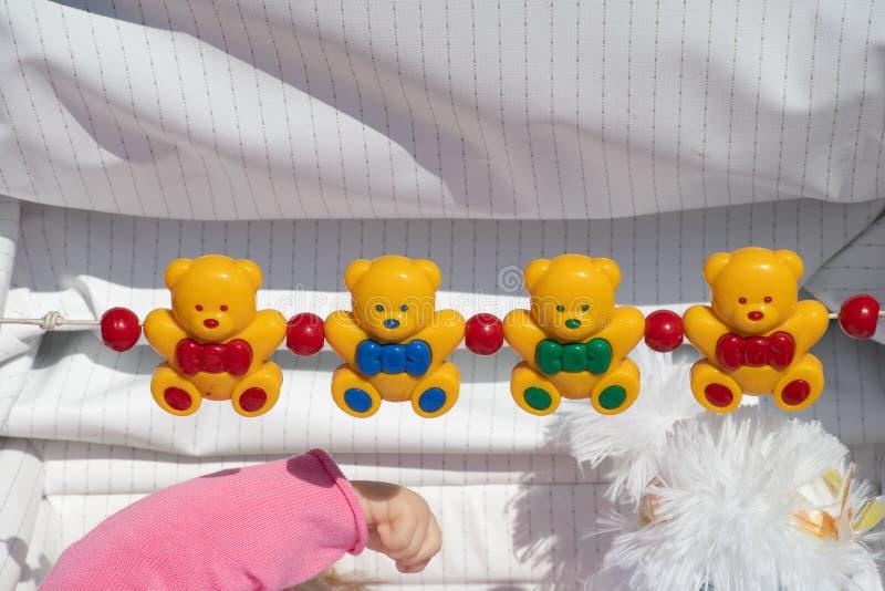 Fila de teddys plásticos en carrito del ` s del bebé fotos de archivo libres de regalías