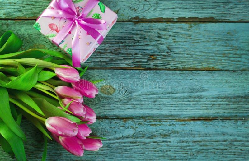 Fila de tulipanes rosados contra un fondo azul con el espacio para el texto Fondo festivo de la flor por un día de madre o imagen de archivo libre de regalías