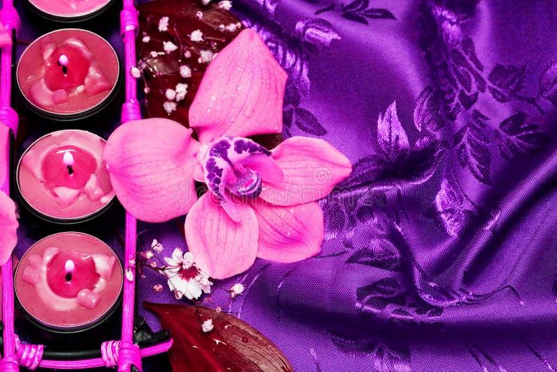 Fila de velas rosadas fotografía de archivo
