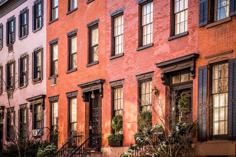 Fila degli appartamenti di New York del brownstone e del mattone veduti dall'esterno fotografie stock