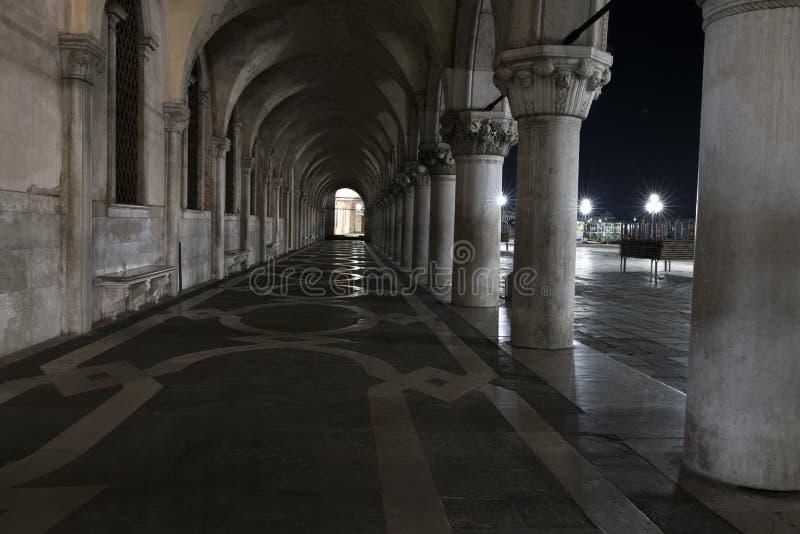 Fila degli arché al di sotto del palazzo ducale in piazza San Marco a Venezia Colonne medievali dell'arco a Venezia fotografie stock