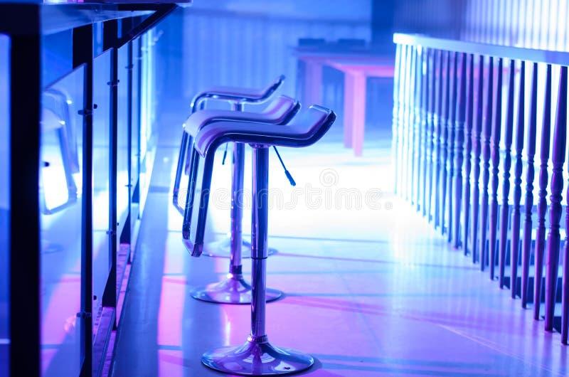 Fila degli sgabelli da bar vuoti lungo Antivari in night-club fotografia stock libera da diritti