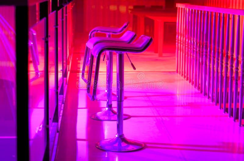 Fila degli sgabelli da bar vuoti lungo Antivari in night-club fotografie stock libere da diritti