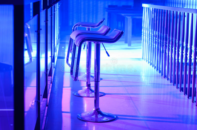 Fila degli sgabelli da bar vuoti lungo Antivari in night-club fotografia stock
