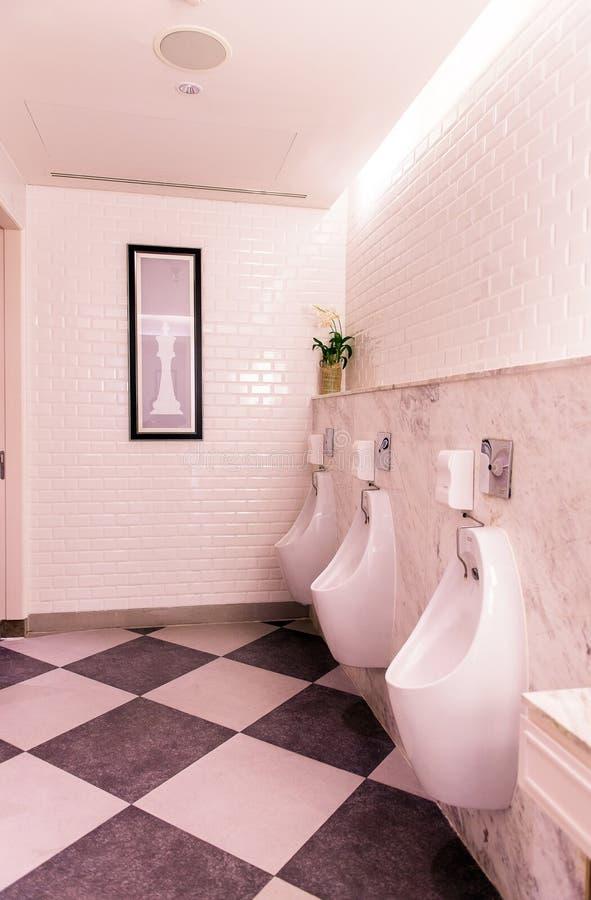 Fila degli uomini all'aperto degli orinali nella toilette, lavabo di lusso moderno di progettazione fotografie stock