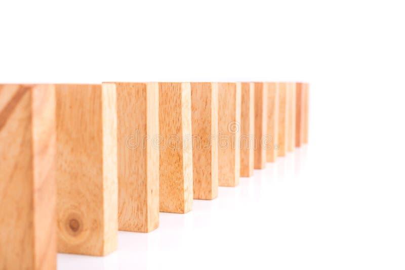 Fila dei bambini di legno del gioco della torre del blocco isolati su bianco immagini stock